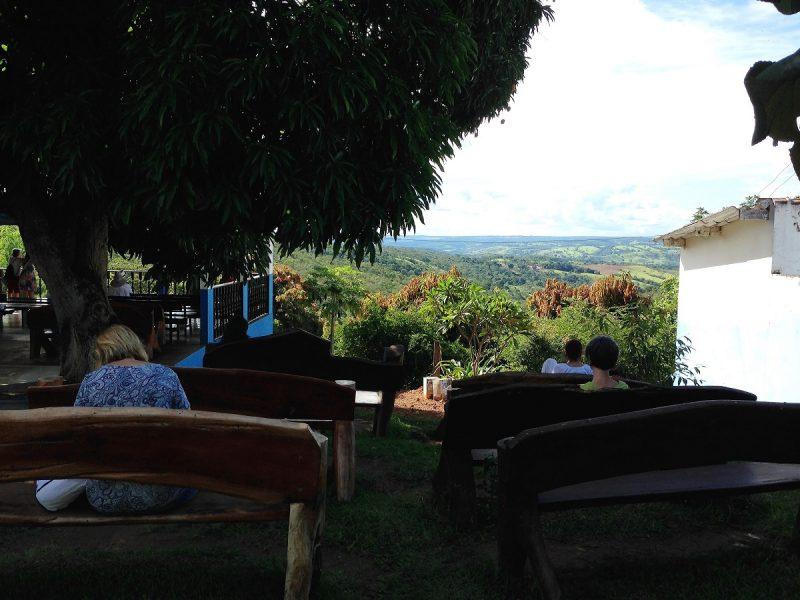 Ławki w ogrodzie z widokiem na dolinę
