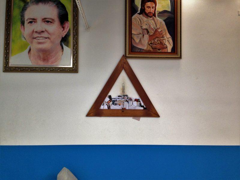 Święty Trójkąt w sali głównej. Miejsce próśb i modlitw. Na ścianie widać ślady od dotykania czołem wnętrza Trójkąta